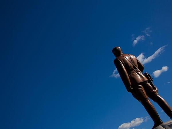 Statua fotografata di schiena in Corea del Nord
