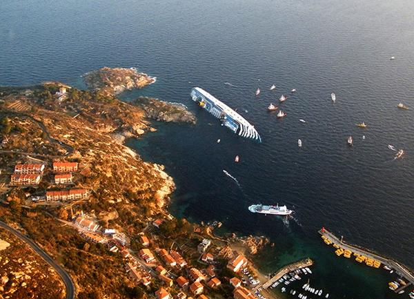 La Costa Concordia affondata all'isola del Giglio