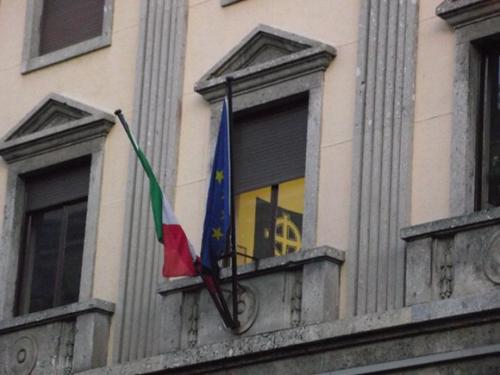 La bandiera fascista appesa dentro il commissariato
