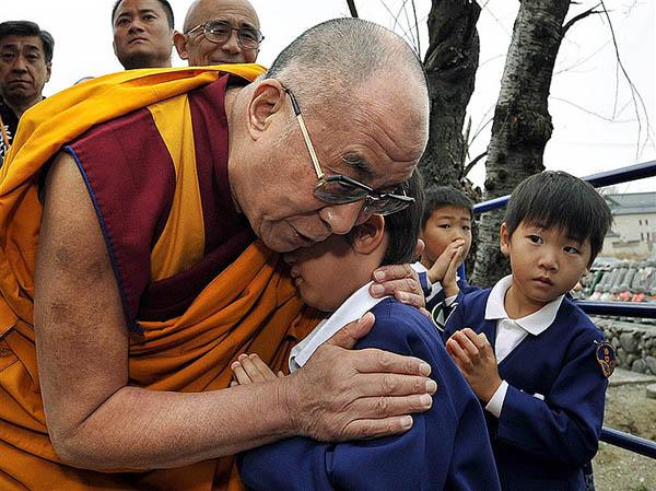 Il Dalai Lama abbraccia un bambino giapponese