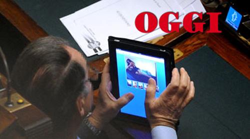 Il deputato PdL Simeone Di Cagno Abbrescia mentre guarda un sito di escort in Parlamento