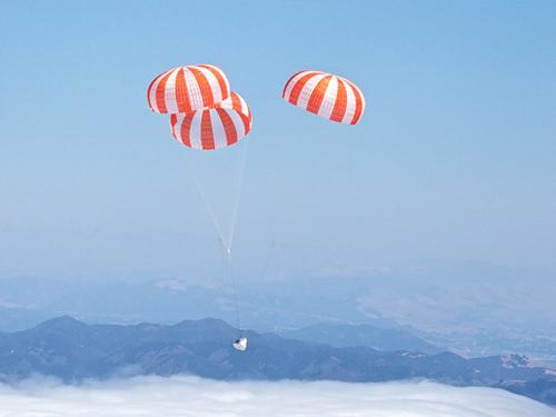 La capsula Dragon di SpaceX effettua un ammaraggio in sicurezza