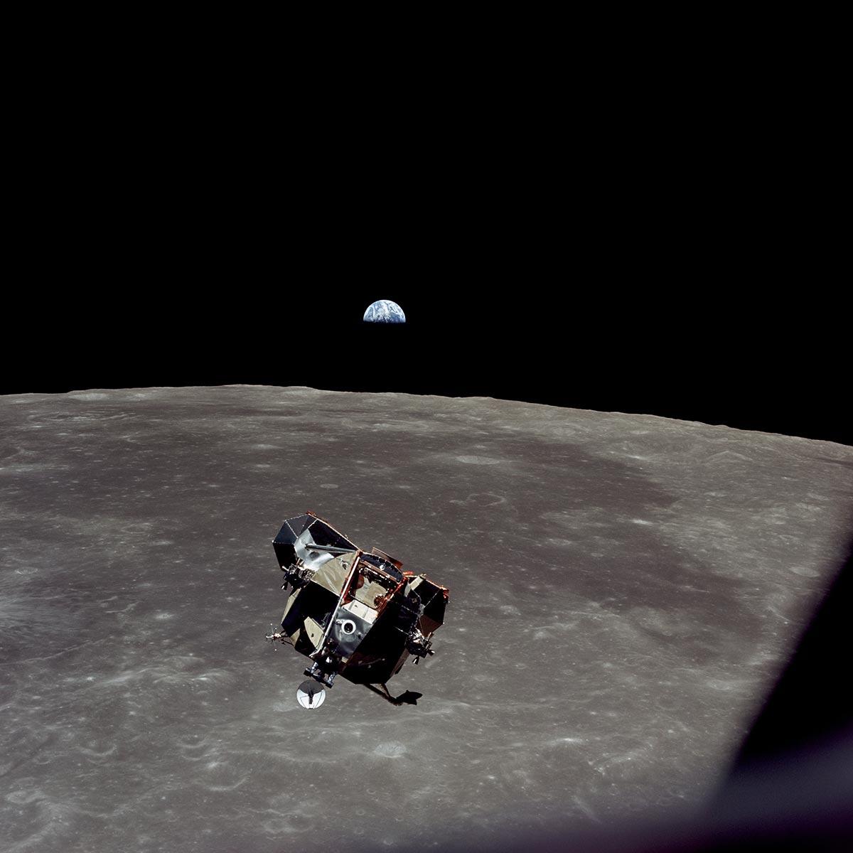 Una panoramica lunare con il LEM e la Terra fotografata da Michael Collins dell'Apollo 11