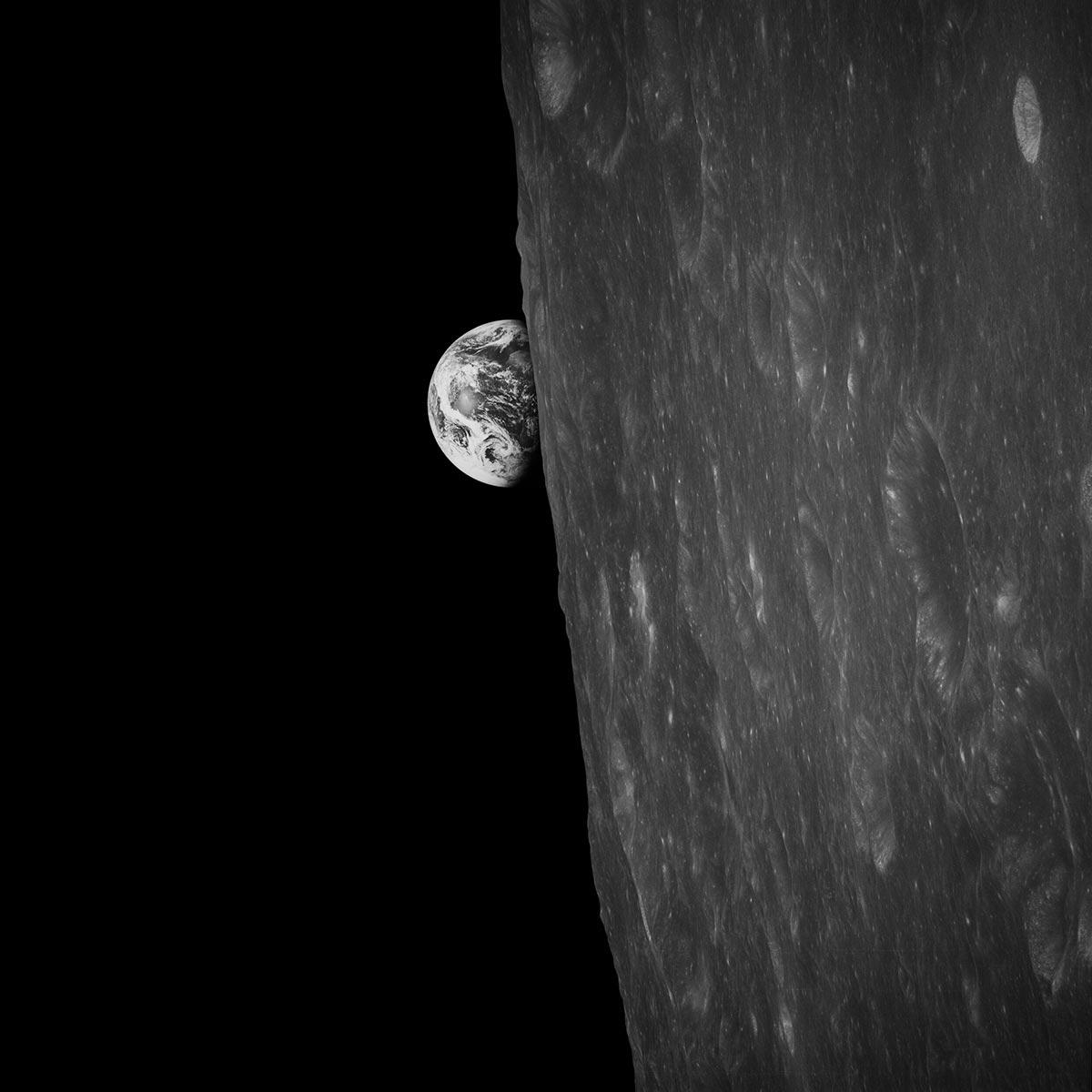 La Terra sorge sull'orizzonte lunare fotografata da Bill Anders dall'Apollo 8