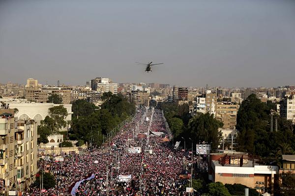 Un elicottero militare sorvola i manifestanti anti Morsi