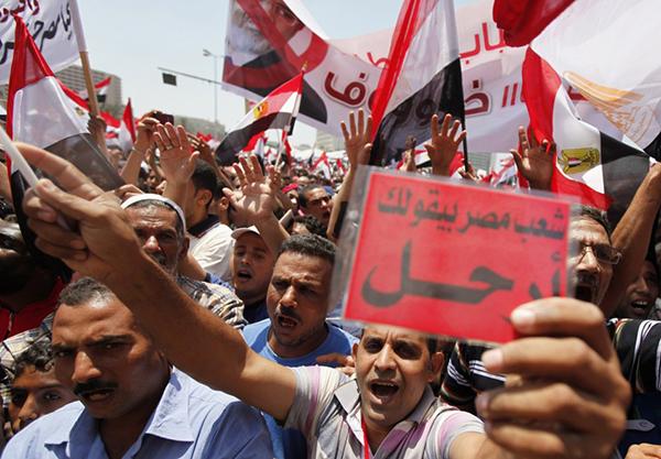Cartellini rossi contro il presidente egiziano Morsi