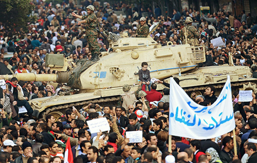 Un carro armato egiziano tra la folla di manifestanti