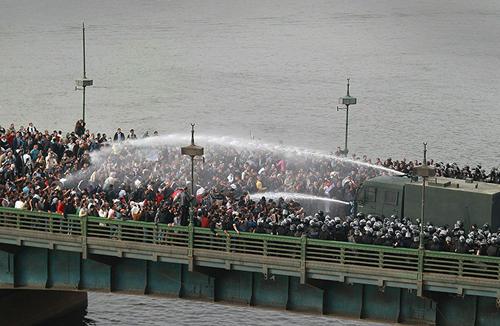 La polizia usa gli idranti per disperdere i manifestanti su un ponte sopra il Nilo
