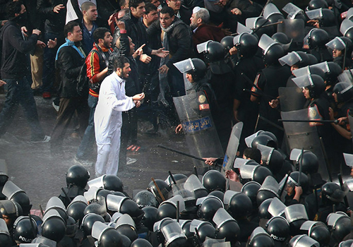 Manifestanti e polizia egiziana a confronto