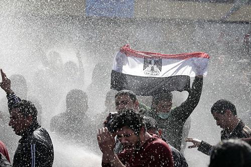 Sventola una bandiera egiziana tra gli idranti