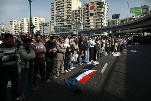La preghiera del venerdì nelle strade della capitale egiziana