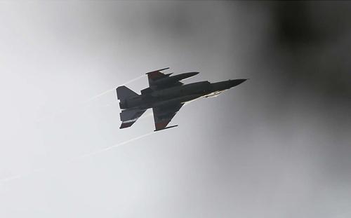 Un jet militare sorvola a bassa quota piazza Tahrir