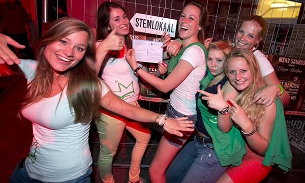 Ragazze olandesi al seggio per le europee 2014