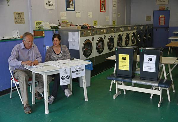 Seggio per le europee 2014 in una lavanderia