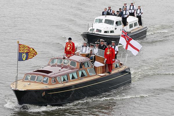 La regina Elisabetta II sul Tamigi