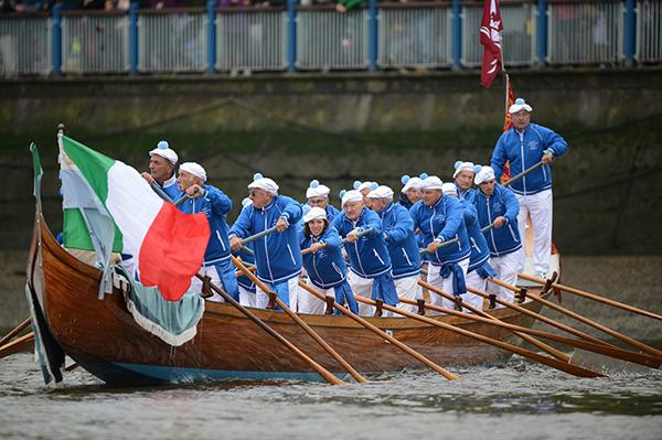 La flotta che segue la regina Elisabetta II sul Tamigi