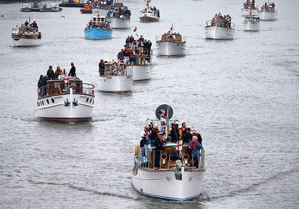 Un equipaggio italiano segue la regina Elisabetta II sul Tamigi