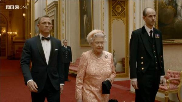La regina Elisabetta II con 007 a Londra 2012