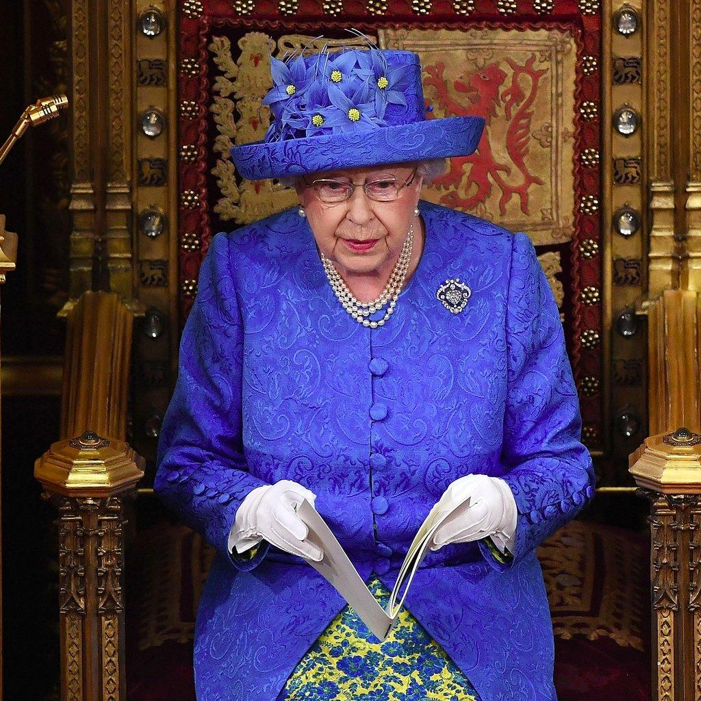 Elisabetta II con un cappellino che ricorda la bandiera europea