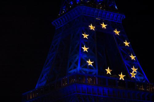 La bandiera dell'Unione Europea sulla Tour Eiffel