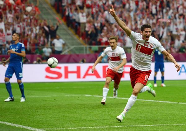 Il polacco Lewandowski segna contro la Grecia a Euro 2012