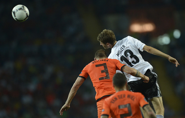 John Heitinga e Thomas Muller in Olanda-Germania a Euro 2012