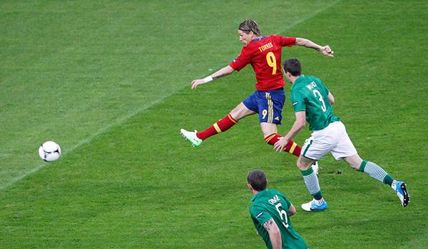 Lo spagnolo Fernando Torres segna contro l'Irlanda a Euro 2012