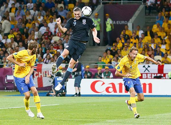 L'inglese Andy Carroll segna contro la Svezia a Euro 2012