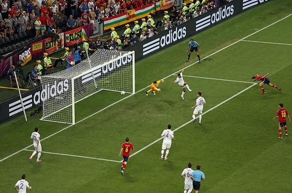 Xabi Alonso segna contro la Francia a Euro 2012