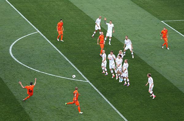 Punizione olandese contro la Danimarca a Euro 2012