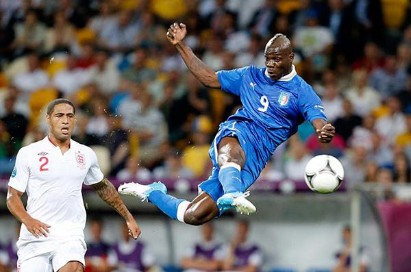 Balotelli in mezza rovesciata a Euro 2012