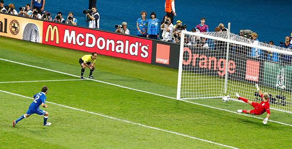 Diamanti segna il rigore decisivo contro l'Inghilterra a Euro 2012
