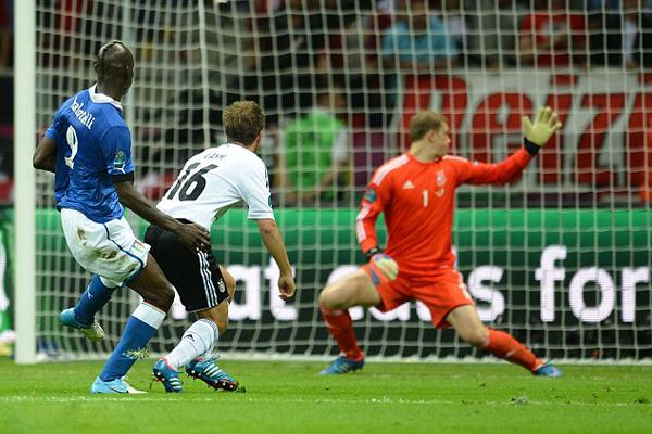 Balotelli batte per la seconda volta Neuer durante Euro 2012