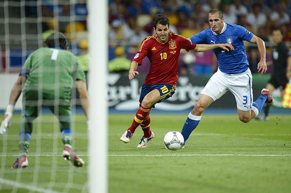 Cesc Fabregas taglia la difesa azzurra durante Euro 2012