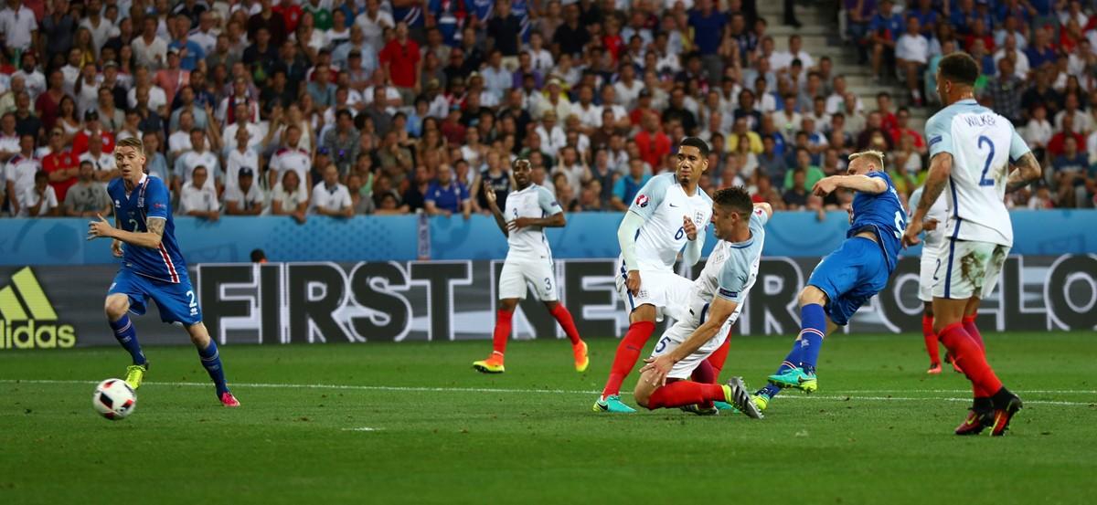 Kolbeinn Sigthorsson dell'Islanda segna contro l'Inghilterra a Euro 2016