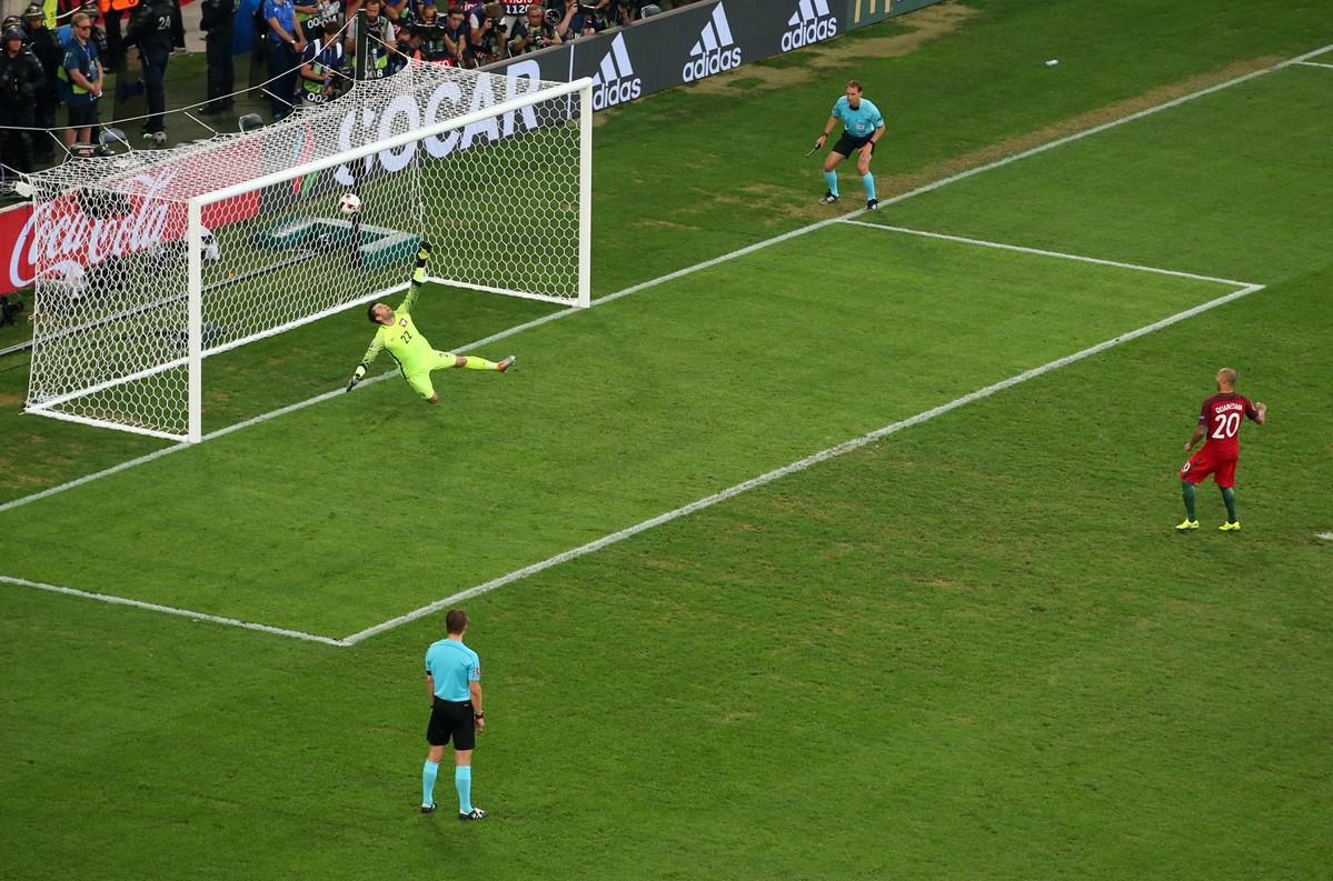 Quaresma calcia un rigore a Euro 2016