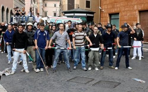 Un gruppo di facinorosi di destra assalisce gli studenti in sciopero
