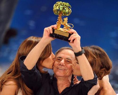 Vecchioni festeggia la vittoria al Festival di Sanremo