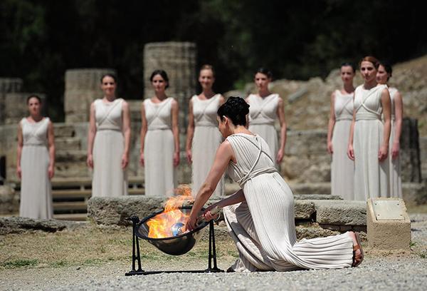 La sacerdotessa Ino Menegaki accende la fiamma di Olimpia
