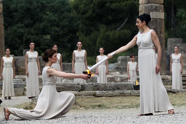 Le sacerdotesse accendono la torcia olimpica