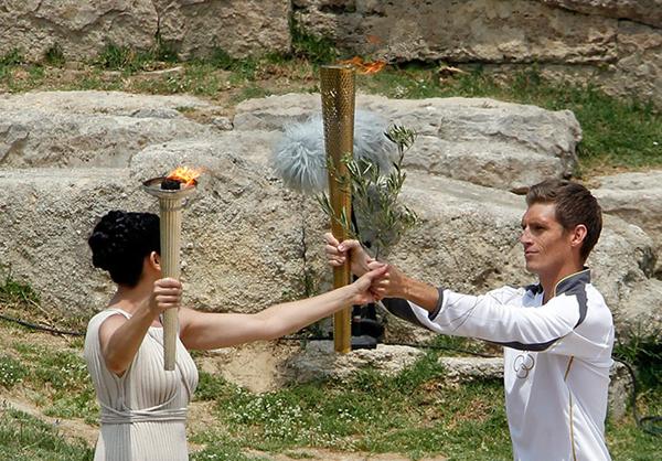 La sacerdotessa Ino Menegaki e la torcia olimpica di Londra 2012