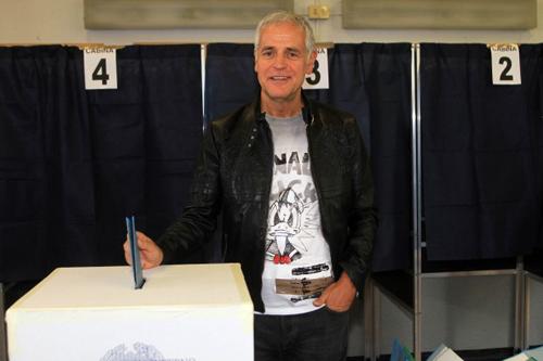 Formigoni al seggio con una maglietta di Paperino