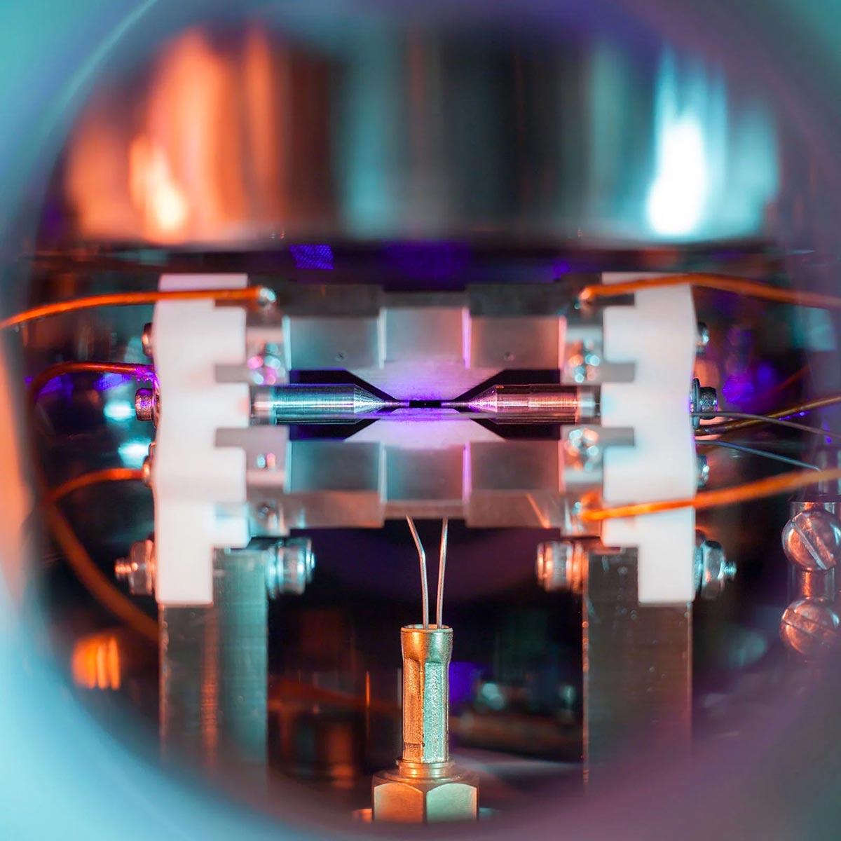 Un atomo di stronzio fotografato da David Nadlinger