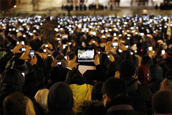 Fedeli riprendono con smartphone e tablet Papa Francesco