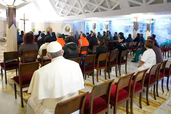 Papa Francesco seduto in chiesa in ultima fila