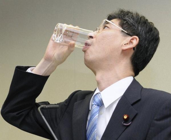 Yashiro Sonoda beve acqua decontaminata dell'impianto di Fukushima