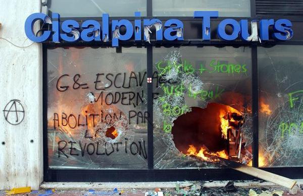 Negozio incendiato al G8 di Genova del 2001