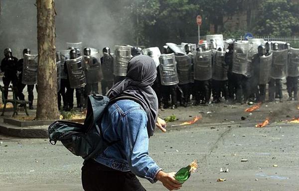 Un teppista con una molotov al G8 di Genova del 2001