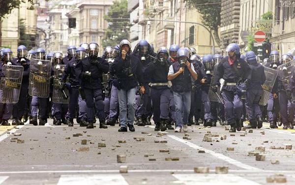 Polizia al G8 di Genova del 2001
