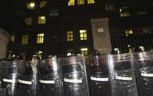 Carabinieri davanti alle scuole Diaz